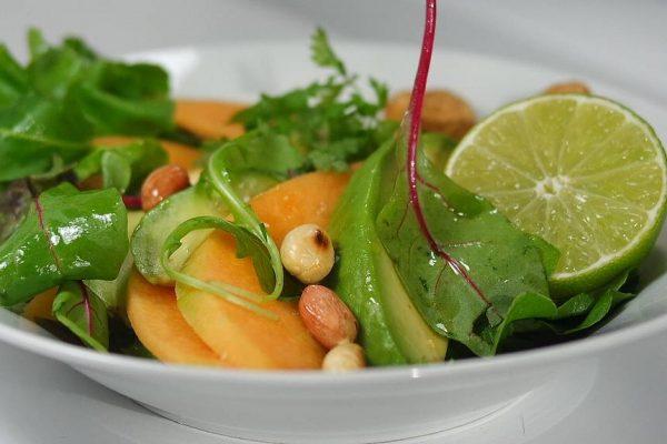 Salade de melon et avocat, cacahuètes grillées