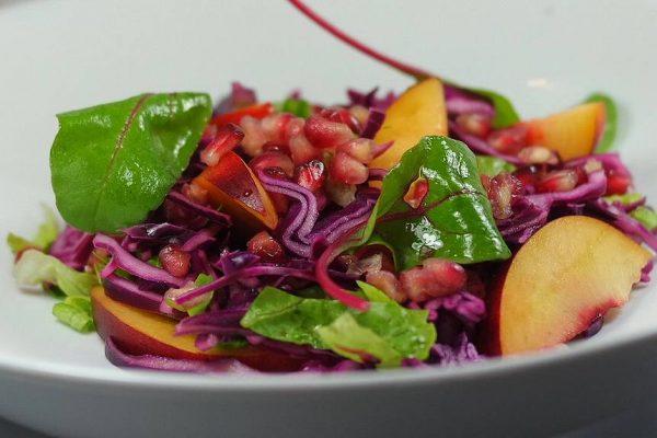 Recette simple et facile de la salade de chou rouge, grenade et nectarine. Ajoutez au chou rouge, les graines de grenade, les quartiers de nectarine et le sucrine. Mélangez délicatement l'ensemble. Assaisonnez d'une vinaigrette au citron et servez vos invités !