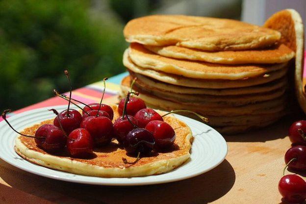 Plat de tradition Bretonne. Pour réussir vos Kouigns bigouden, il vous faudra noter sur la liste des courses : de la farine de froment, du sucre semoule, des œufs, du lait entier, de la levure du boulanger et du sucre vanillé