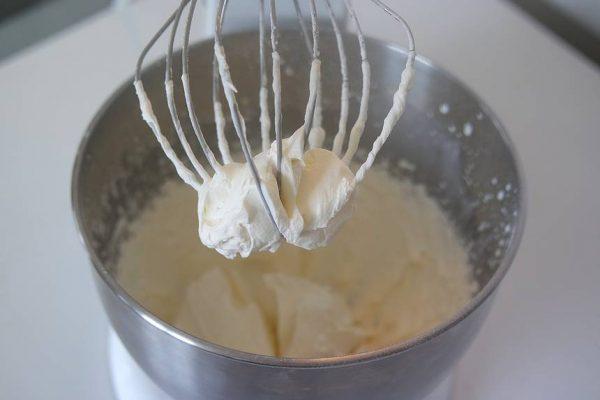 Les fêtes de Noël arrivent. Avec la recette du biscuit roulé à la confiture, chantilly mascarpone, vous apprendrez à réaliser un biscuit roulé pour vos bûches de noël mais aussi à décliner cette recette ultra rapide et facile en de merveilleux gâteaux à la crème ou à la confiture comme je vous le propose ici. Le bonus : Vous apprendrez à faire une somptueuse chantilly mascarpone pour vos pâtisseries.