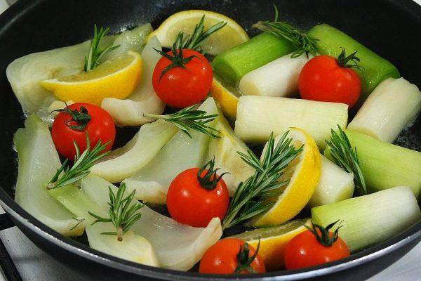 Une belle brochette de lotte aux senteurs de romarin accompagnée de légumes rôtis, voilà une idée simple et originale que je vous propose pour vos repas de fête ! Recette de court-bouillon
