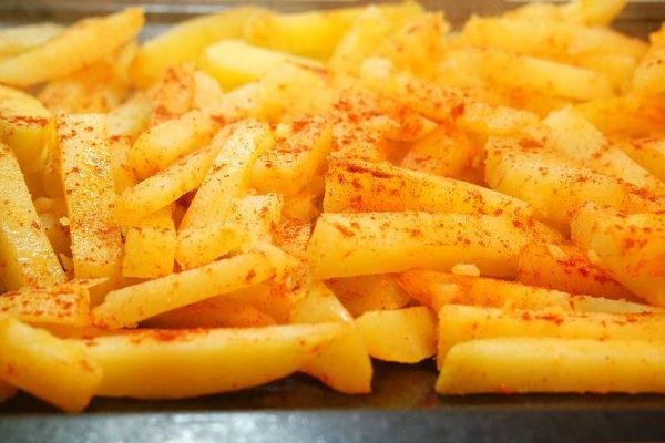 Retour du marché. Et si on se faisait une recette de cuisine, des moules avec de bonnes potatoes country maison cuites au four ? Ça vous tente ? C'est par ici !