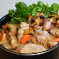 ? La blanquette de veau fait partie de mes plats préférés. Ce n'est guère originale allez-vous me dire, je vous l'accorde. Mais qui peut résister vraiment à ce merveilleux plat traditionnel ? En tous les cas pas moi et c'est aussi pour cela que je tiens à la partager avec vous. Je vous promets que lorsque vous aurez gouté à cette blanquette veau, vos papilles seront en émoi ! recette de cuisine blog court-bouillon