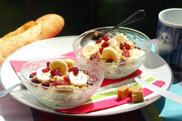 Ce matin il vous faut un bon p'tit déjeuner ! Préparez votre porridge avec des flocons d'avoines, du lait, des cranberries, une banane et du sucre roux