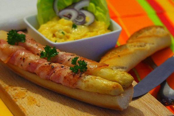 Les asperges au bacon et aux œufs brouillés est un brunch gourmand de saison pour bien commercer la journée. Vous découvrirez la recette en progression photos avec toutes les descriptions techniques simples et faciles pour apprendre à bien les éplucher et cuisiner des œufs brouillés moelleux et savoureux.