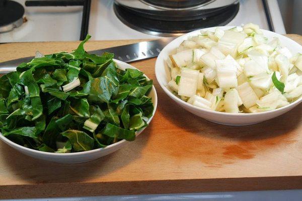 Bientôt avril, c'est la pleine saison des blettes ! Je vous propose de les cuisiner en gratin et de réaliser pour cette recette une sauce béchamel au roquefort. Si le cœur vous en dit, suivez-moi, je vais tout vous raconter sur le gratin de blettes au roquefort !