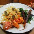 Le homard se cuisine à toutes les sauces ! De la mer au potager cette recette de homard rôti concilie à merveille le terroir de la mer et celui de la terre. Ici le chef met en valeur les produits simples de nos campagnes et sublime ce crustacé par excellence.