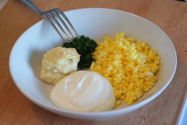 Les asperges mimosa est un brunch de saison avec des produits simples. Elles sont accompagnées d'une sauce mimosa allégée au yaourt à la grecque qui est une pure merveille. Dans cette recette, vous apprendrez également à éplucher et cuire des asperges fraiches et vous connaitrez tout sur la cuisson des œufs mollets.