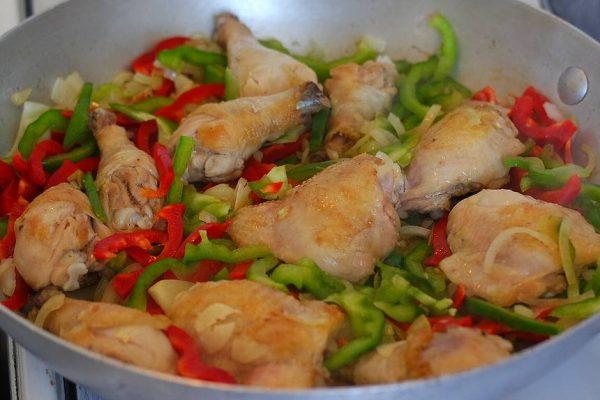 Aujourd'hui c'est Paëlla ! Pour cuisiner ce plat, il vous faudra des produits d'une grande fraîcheur. J'ai choisi des cuisses de poulet fermier que j'ai découpé pour obtenir des pilons et des hauts de cuisse. Un poulet entier que vous aurez découpé ou juste des blancs de volaille sera parfait aussi. Il vous faudra aussi du chorizo, des moules, des grosses crevettes, du blanc d'encornet ou du calamar, du poivron, des tomates, des oignons, de l'ail, du riz long, du bouillon de légumes ou de volaille, du safran ou du riz d'or