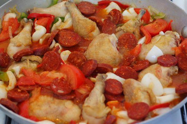Aujourd'hui c'est Paëlla ! Pour cuisiner ce plat, il vous faudra des produits d'une grande fraîcheur. J'ai choisi des cuisses de poulet fermier que j'ai découpé pour obtenir des pilons et des hauts de cuisse. Un poulet entier que vous aurez découpé ou juste des blancs de volaille sera parfait aussi. Il vous faudra aussi du chorizo, des moules, des grosses crevettes, du blanc d'encornet ou du calamar, du poivron, des tomates, des oignons, de l'ail, du riz long, du bouillon de légumes ou de volaille, du safran ou du riz d'or.