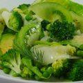 Comment se faire plaisir en dégustant une salade composée ? La green salad est une des nombreuses variantes de salade de légumes et fruits verts, crus et cuits, salée et sucrée. C'est une salade des marchés ensoleillés aux saveurs multiples et rafraichissantes.