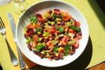 Voici une salade délicieuse, rapide et facile à faire. La salade d'été tomates, poivrons et haricots rouges est un plat de vacances sans prise de tête qui se prépare à l'avance.