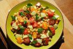 Salade méditerranéenne aux pois chiches. Nous voici côté méditerranée avec cette merveilleuse salade d'été aux pois chiches. Simple et rapide à faire, cette salade se déguste très frais pour accentuer la saveur du citron vert.