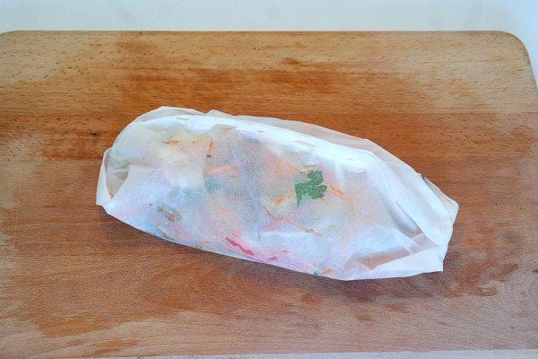 Une délicieuse papillote de Saint-Pierre sur votre table. Un petit plat gourmand bien emballé le tout sans se compliquer. Presque sans gras, léger et vite fait. Une fois les légumes préparés votre papillote se monte en – 5 minutes montre en main. Garnissez, pliez, enfournez et c'est fait !