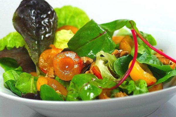 Salade aux mirabelles et noix avec des jeunes pousses. Deux, trois ingrédients, une excellente vinaigrette. Le secret de la recette.