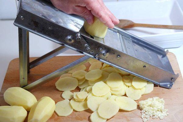 Mon gratin Dauphinois. Toute une histoire ! hyper tendre et crémeux. Une recette facile et rapide à cuisiner. Bonus : recette en progression photos.