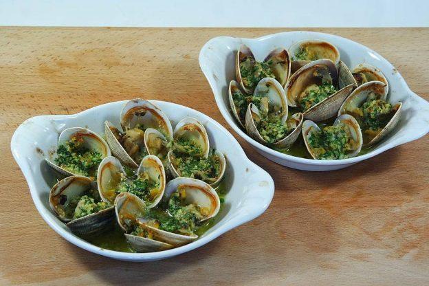 Palourdes farcies à la bretonne. Une spécialité de fruits de mer incontournable en Bretagne. Des palourdes, une peu de beurre ½ sel, de l'ail et du persil. De la mer à l'assiette en quelques minutes.