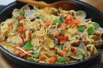 Une fricassée de palourdes aux Linguines dans votre assiette pour ce soir, qu'en dites-vous ? Une super recette simple et facile qui se cuisine avec des bons produits frais