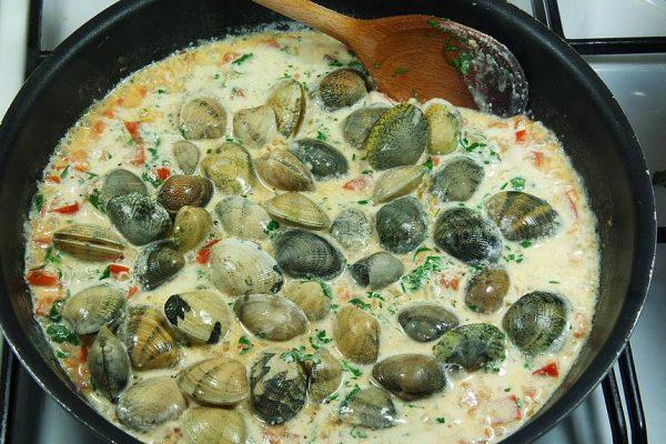 Une fricassée de palourdes aux Linguines dans votre assiette pour ce soir, qu'en dites-vous ? Une super recette simple et facile qui se cuisine avec des bons produits frais.