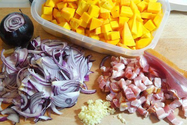 Une tourte au Butternut, oignons et lardons dorée comme il faut. Le goût de la courge, la pointe d'ail, la douceur de l'oignon rouge et le fumé du lardon. Une tourte d'excellence !
