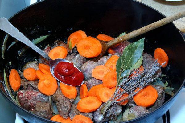Comment cuisiner un bœuf bourguignon très simplement ? Tout vous est expliqué étapes par étapes pour rendre la tâche toujours plus facile encore. Recette ultra simple et irrésistible !