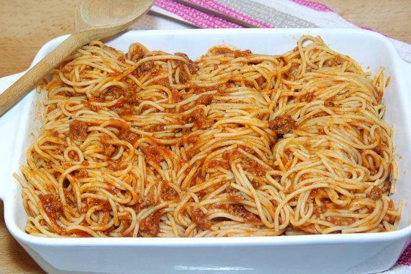 Le gratin de spaghetti à la bolognaise pour toute la famille. Une recette ultra facile à réaliser avec une sauce bolognaise à la viande faite maison. Tout vous est expliqué ici…