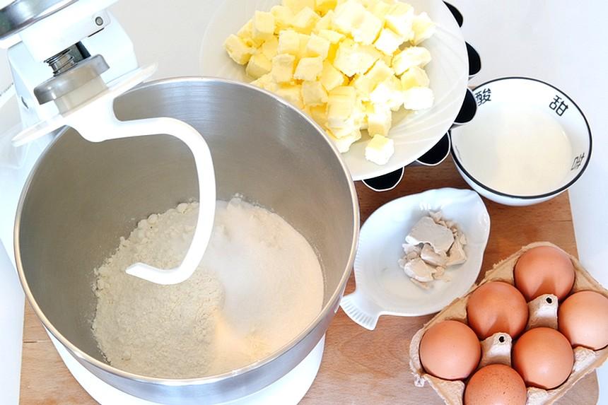 Véritable brioche fine de boulangerie. Brioche à tête ou tressée, filante, légère et moelleuse. Une recette simple qui sort tout droit des fournils.