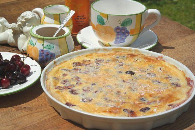 Le clafoutis aux cerises est un vrai dessert traditionnel rustique. Réalisé simplement, dégusté tiède ou frais, le clafoutis est sans conteste le dessert phare de l'été.